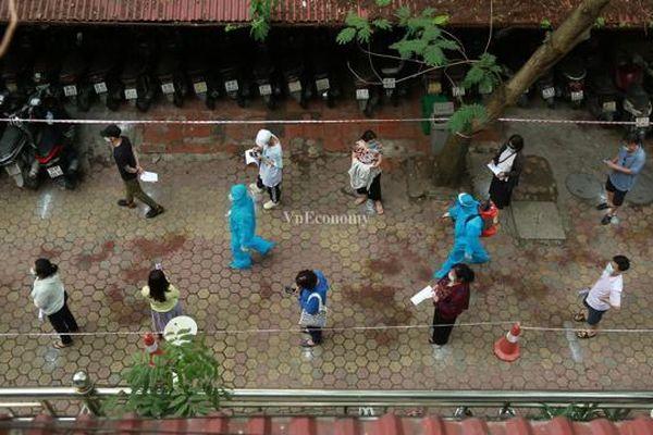 Cuối tuần, người Hà Nội về từ Đà Nẵng khẩn cấp đi xếp hàng chờ xét nghiệm