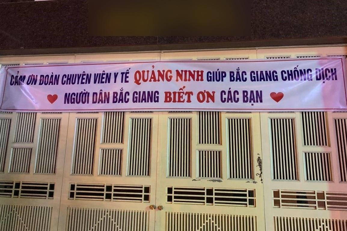 Người dân Bắc Giang treo băng rôn chào đón y bác sĩ Quảng Ninh