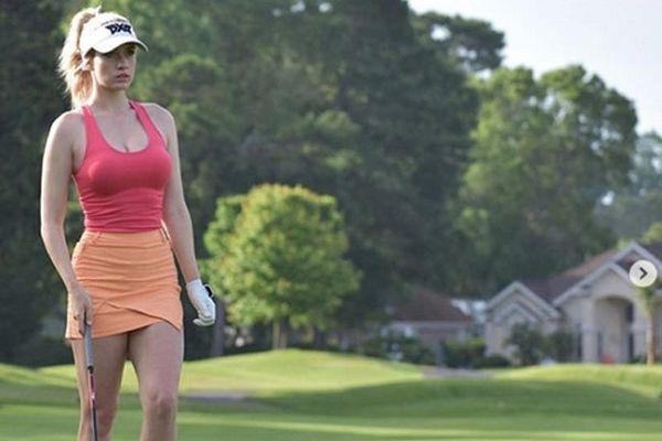 Nữ golf thủ mặc váy cực ngắn ra sân bất chấp bị đe dọa