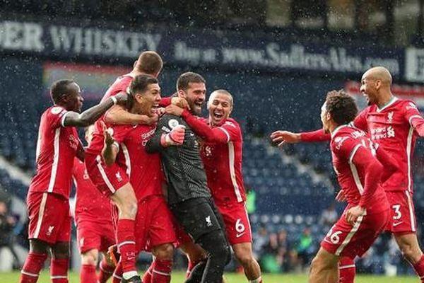 Ghi 'bàn thắng vàng' phút 90+6, Alisson giúp Liverpool sáng cửa vào top 4
