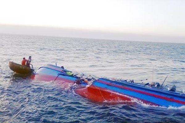 Tàu cá bị tàu chưa rõ lai lịch đâm chìm, 2 ngư dân Quảng Bình mất tích