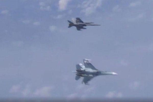 Máy bay chiến đấu F-35 và Su-27 của Nga khiến chiến đấu cơ F-35 hoảng sợ trên bầu trời Biển Baltic