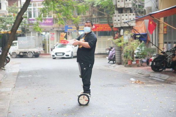 CLIP: Chủ hàng phở ở Hà Nội tự giao đồ bằng xe điện