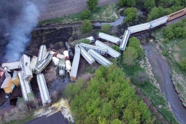 Đoàn tàu 47 toa trật đường ray, nằm ngổn ngang, bốc cháy