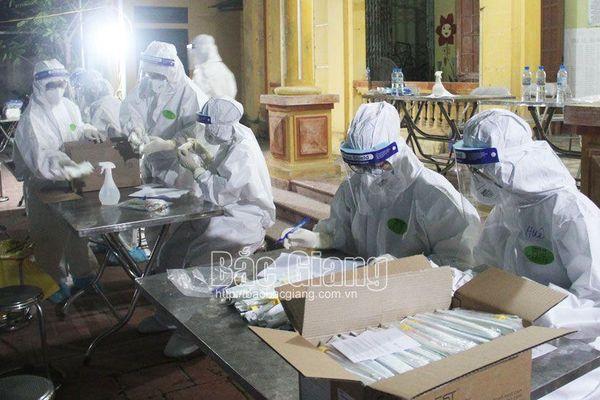 Đoàn tình nguyện tỉnh Hải Dương xuyên đêm lấy mẫu xét nghiệm