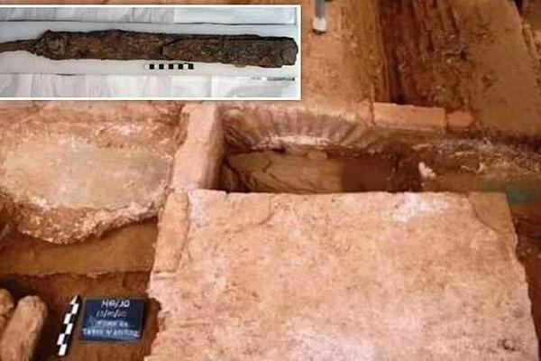 Thanh kiếm 'kỳ dị' trong ngôi mộ của lính đánh thuê