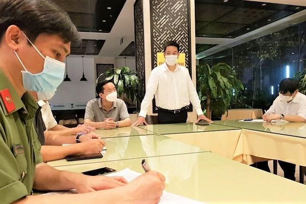 Phê bình chủ khách sạn thông báo thu 'phí cho cơ quan chức năng chống dịch'