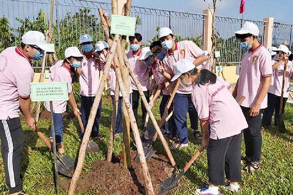 Thành ủy TP Hồ Chí Minh trao Huy hiệu Ðảng và phát động 'Tết trồng cây đời đời nhớ ơn Bác Hồ'