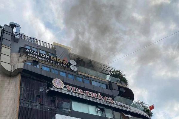 Cháy tầng thượng tòa nhà 'hàm cá mập' ở Hà Nội