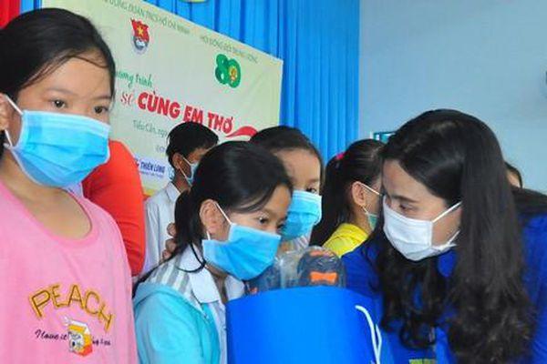 Hội Đồng Đội Trung ương trao tặng 100 phần quà cho học sinh Trà Vinh