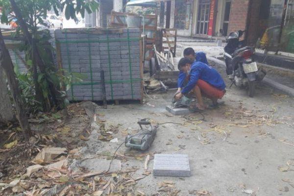 Chùm ảnh: Quy trình lát đá tự nhiên khiến Hà Nội 'hễ mưa là ngập nặng'
