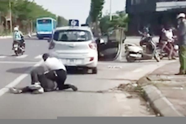 Tài xế taxi kể lại giây phút sinh tử một mình vật lộn với tên cướp trên đường