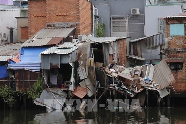 Tp Hồ Chí Minh: 9 căn nhà ven kênh sụt lún xuống kênh
