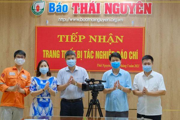 Báo Thái Nguyên tiếp nhận thiết bị tác nghiệp báo chí