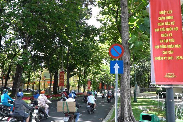Đường phố TP.HCM rực rỡ sắc đỏ chào mừng ngày bầu cử