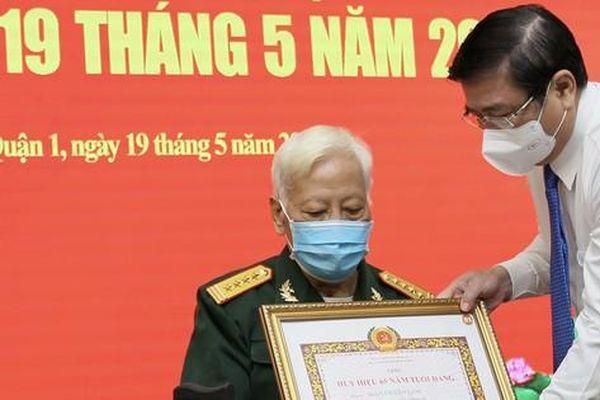 Quận 1 trao tặng Huy hiệu Đảng cho 114 đảng viên cao tuổi Đảng