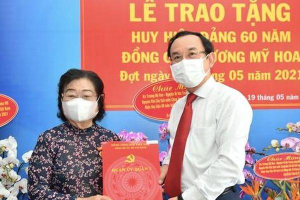 Bí thư Thành ủy TPHCM Nguyễn Văn Nên trao Huy hiệu 60 năm tuổi Đảng cho đồng chí Trương Mỹ Hoa