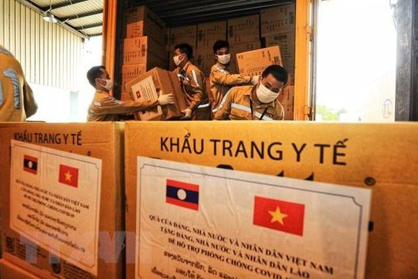 Tặng hơn 600 triệu đồng, 225.000 khẩu trang y tế cho nhân dân Lào