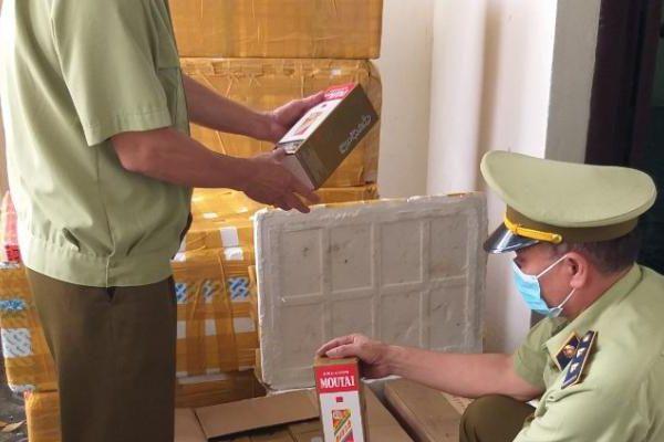 Bắc Ninh: Kiểm tra kho hàng thu giữ hàng trăm chai rượu ngoại không rõ nguồn gốc