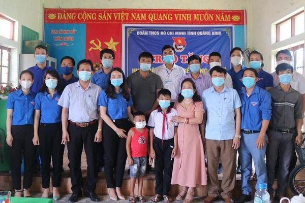 Tặng huy hiệu 'Tuổi trẻ dũng cảm' cho học sinh ở Quảng Bình cứu người đuối nước