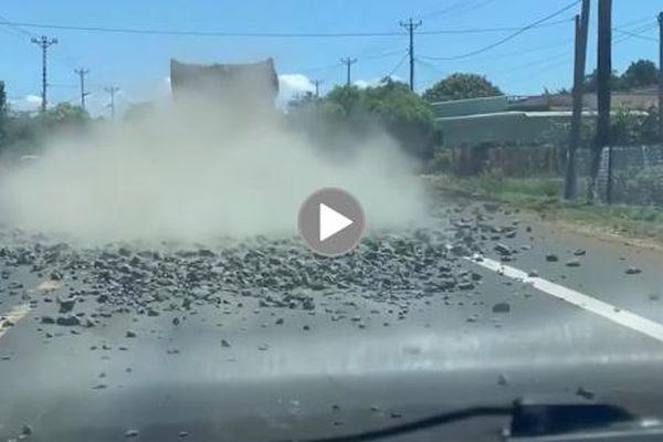 CSGT phát hiện, 'buộc' tài xế xe chở đất, đá rơi vãi quay lại dọn dẹp mặt đường