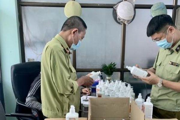 Hà Nội: Bắt lô nước sát khuẩn có dấu hiệu giả mạo tại chợ thuốc Hapulico