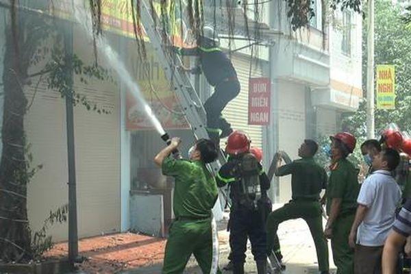 Cảnh sát cạy cửa cuốn vào nhà 4 tầng dập lửa từ quán bia cháy lan sang