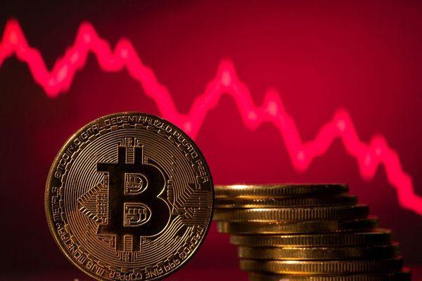 Bitcoin lao dốc: Nên bán hay mua?