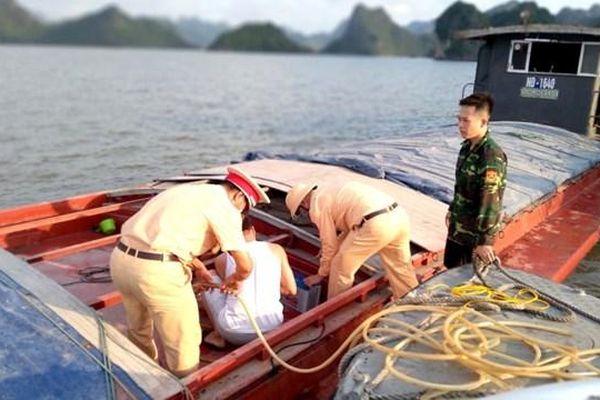 Quảng Ninh: Cứu hộ thành công sà lan va phải đá ngầm