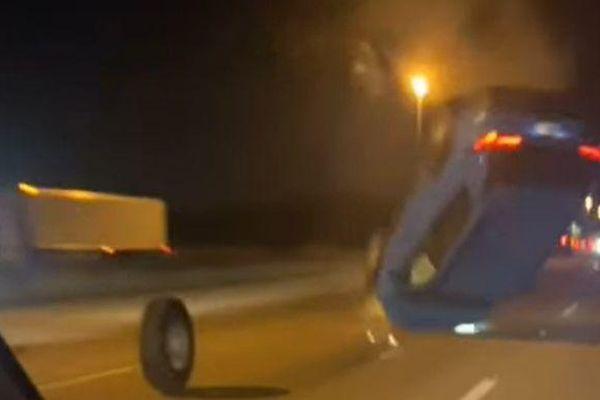 Xe SUV lật nhào như phim hành động vì đâm phải chiếc lốp trên đường