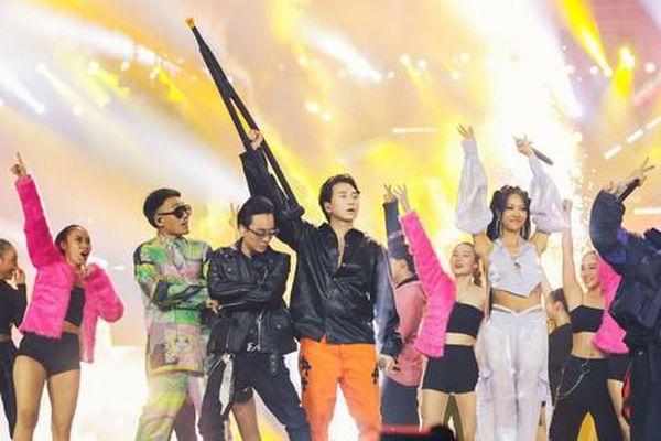 Rap Việt Concert 'bùng nổ' với 45 tiết mục, MC Thành Cry 'bắn rap' cực sung cùng Rhymastic