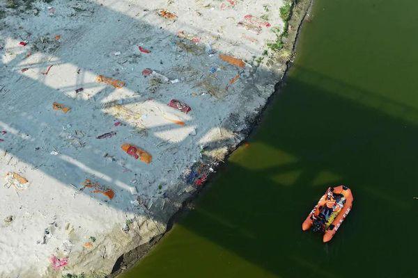 Hàng loạt thi thể trôi nổi trên sông Hằng, ngư dân lo ngại về nguồn cá