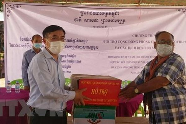 Trao tặng vật tư y tế hỗ trợ bà con gốc Việt tại Campuchia phòng chống dịch Covid-19 và sốt Chikungunya