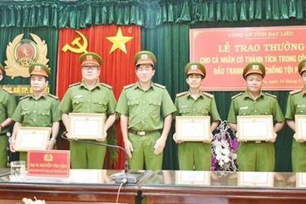 Khen thưởng 7 cán bộ, chiến sỹ khám phá nhanh các vụ án