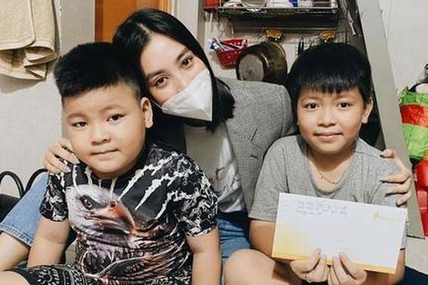 Hoa hậu Tiểu Vy tặng quà hỗ trợ chi phí điều trị cho bệnh nhi ung thư