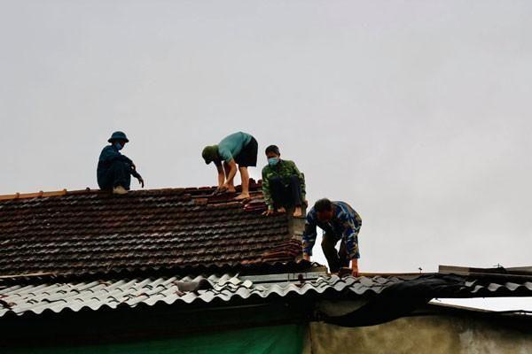 Lốc xoáy làm nhiều ngôi nhà tại xã vùng núi Hà Tĩnh bị tốc mái