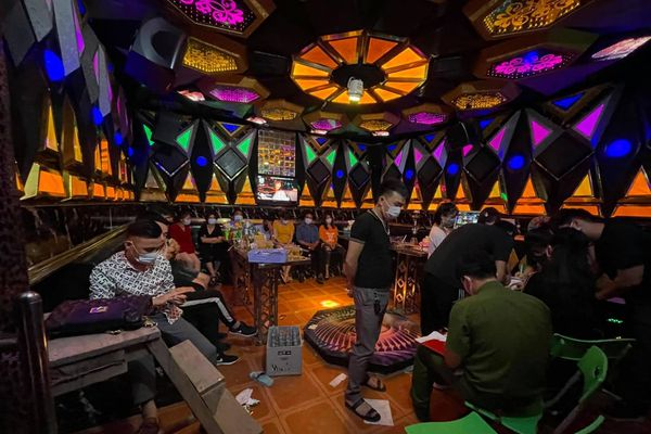 Phạt 78 triệu đồng 2 quán hát đón khách bất chấp quy định phòng dịch COVID-19