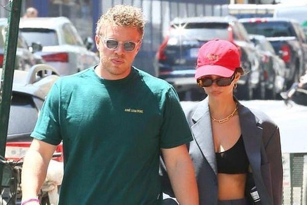 Emily Ratajkowski buông áo hờ hững khoe eo thon đi dạo cùng chồng