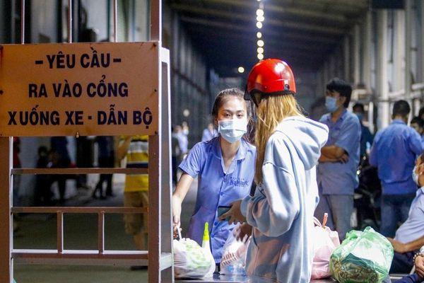 Tiếp tế thức ăn trong đêm cho 700 công nhân cách ly ở Tân Phú