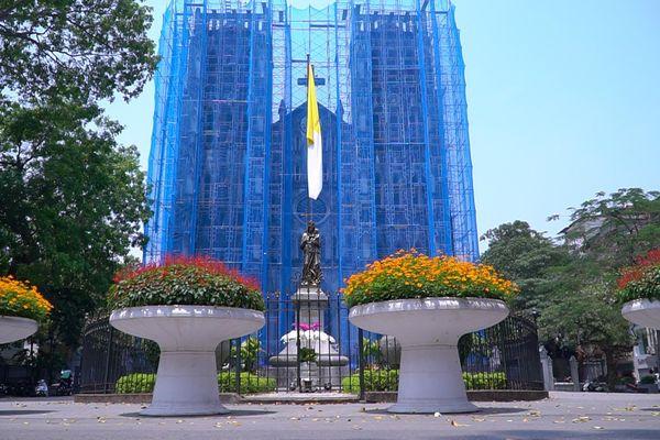 Nhà thờ lớn đang được 'khoác tấm áo màu xanh' đặc biệt