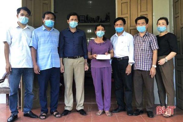 Trao hơn 45 triệu đồng hỗ trợ nữ sinh mắc bệnh hiểm nghèo ở Hà Tĩnh