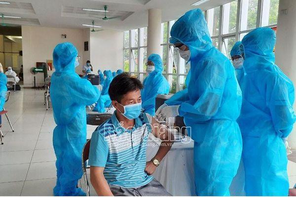 Bắc Giang: Gần 1.500 cán bộ, công nhân Công ty cổ phần Phân đạm và Hóa chất Hà Bắc được tiêm vắc-xin phòng dịch Covid-19