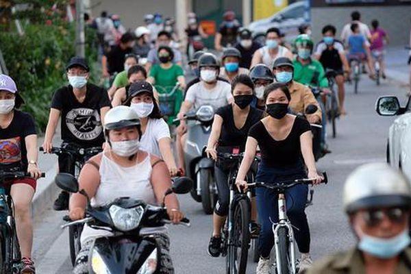 Dịch bệnh phức tạp, người dân Hà Nội vẫn đạp xe tấp nập quanh Hồ Tây