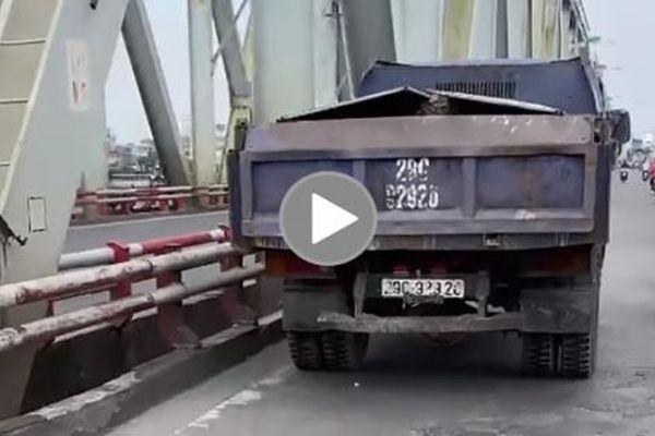 Chiếc xe tải làm vung vãi đá xây dựng ra cầu Chương Dương khiến nhiều người bức xúc