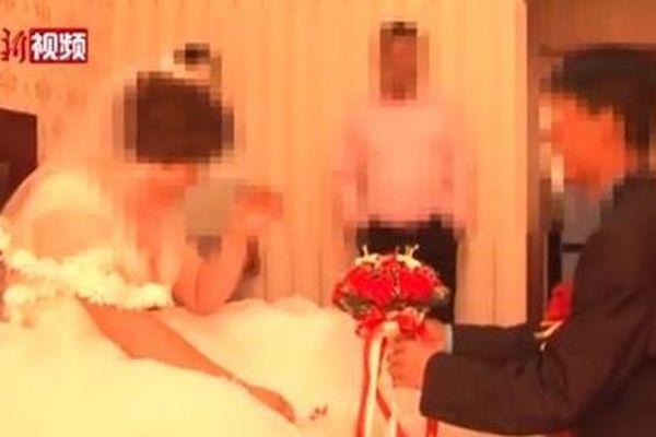 Sốc khi thấy vợ làm đám cưới với người khác trên mạng