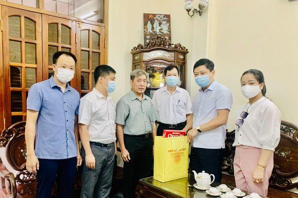 Lãnh đạo quận Ba Đình thăm, tặng quà gia đình có công tiêu biểu