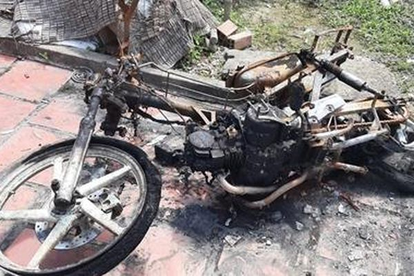 Một gia đình thoát chết nghi bị phóng hỏa lúc nửa đêm