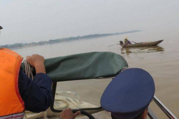 Nhiều đoạn sông Đà sạt lở, sắp hạn chế tàu thuyền lưu thông