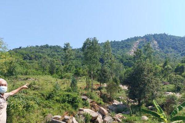 Nhiều hộ dân sống bất an gần dưới chân núi sạt lở