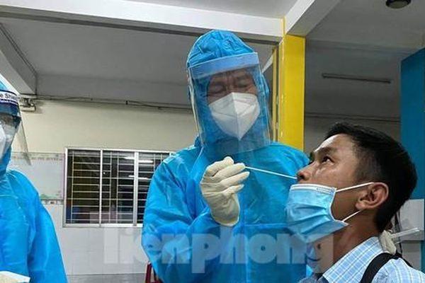 Mục kích lấy mẫu xét nghiệm COVID-19 ở tâm dịch Gò Vấp